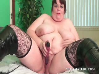 Voloptuous cougar dildoing pussy