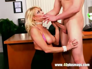 Hot mature lady knows how to blow