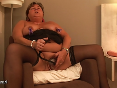 Big inexperienced mature mother playing with herself